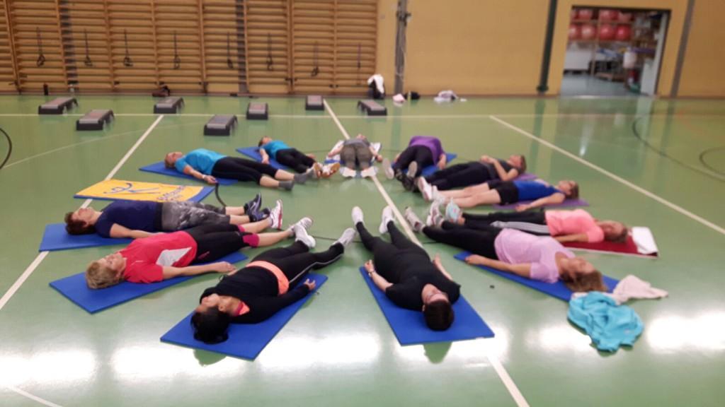Les dames du groupe fitness en plein relaxation.